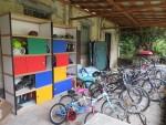 自転車置き場と倉庫 このごちゃっと感もあおぞらにあります