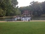 池の向こうにレストラン